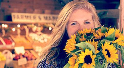 Frau mit Sonnenblumen
